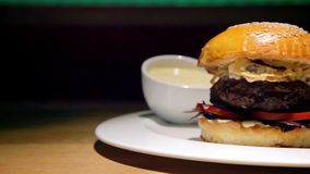 Hamburger de boeuf avec des fritures banque de vidéos