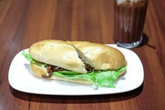 Hamburger de boeuf avec de la laitue Photos stock