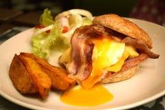 Hamburger de boeuf d'oeufs Image stock