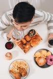 Hamburger de calorie avec des pommes frites, les gens mangeant ? la table de caf?, d?jeuner malsain photographie stock libre de droits