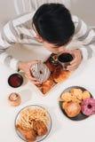Hamburger de calorie avec des pommes frites, les gens mangeant ? la table de caf?, d?jeuner malsain photo stock