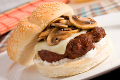 Hamburger de champignon de couche et de Suisse Image stock