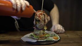Hamburger de cuisinier dans les pièces banque de vidéos