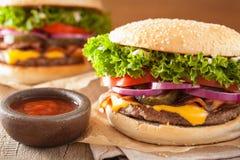 Hamburger de fromage de lard à l'oignon de tomate de conserves au vinaigre Image stock