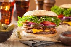 Hamburger de fromage de lard à l'oignon de tomate de conserves au vinaigre Images stock