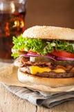 Hamburger de fromage de lard à l'oignon de tomate de conserves au vinaigre Photos libres de droits