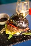 Hamburger de Jucy avec des pommes frites et soia SOS sur la table de restaurant Images libres de droits