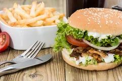 Hamburger de Kekab avec des puces dans une cuvette Photo stock