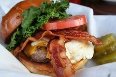 Hamburger de lard avec l'oeuf au plat Photographie stock