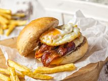 Hamburger de lard et d'oeufs avec les fritures faites maison photos stock