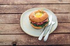Hamburger de lard de Homemmade avec de la laitue et la tomate d'oeufs photo stock