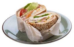 Hamburger de poissons de petit d?jeuner avec les saumons et la salade photo stock