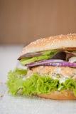 Hamburger de poissons. Saumons. Photo stock