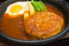 Hamburger de porc avec l'oeuf au plat du plat chaud Image libre de droits