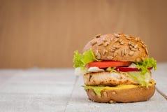 Hamburger de poulet avec de la sauce à cari Photos stock