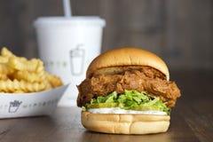 Hamburger de poulet frit de Shack avec les pommes de terre frites Photos libres de droits