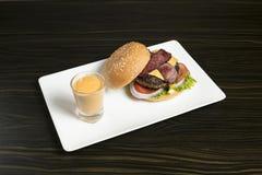 Hamburger de poulet de fromage de lard de boeuf photographie stock