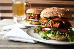 Hamburger de poulet sur la table en bois Photographie stock libre de droits