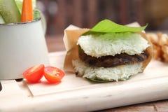 Hamburger de riz de porc Photos libres de droits