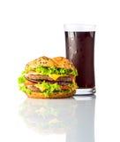 Hamburger degli alimenti a rapida preparazione con cola fredda su fondo bianco Fotografia Stock Libera da Diritti