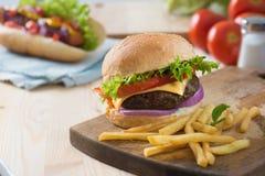 Hamburger degli alimenti a rapida preparazione, menu del hot dog con l'hamburger Fotografia Stock