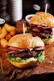 Hamburger dei pastrami o dell'arrosto di manzo su un panino del sesamo fotografia stock