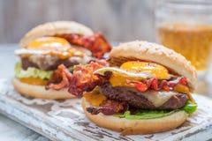 Hamburger del bacon con la lattuga ed il formaggio dell'uovo fotografia stock