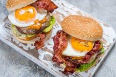Hamburger del bacon con la lattuga ed il formaggio dell'uovo immagini stock libere da diritti