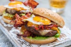 Hamburger del bacon con la lattuga ed il formaggio dell'uovo immagine stock