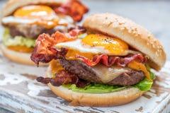 Hamburger del bacon con la lattuga ed il formaggio dell'uovo fotografia stock libera da diritti