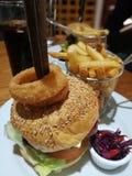 Hamburger del bacon del formaggio con le patatine fritte ed il cavolo rosso selezionato fotografie stock