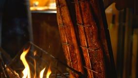 Hamburger del barbecue della carne suina o del manzo per l'hamburger pronto grigliato sulla griglia della fiamma del fuoco del bb video d archivio