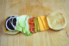 Hamburger del BBQ con le guarnizioni tradizionali Fotografie Stock Libere da Diritti