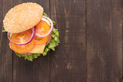 Hamburger del bbq di vista superiore sui precedenti di legno Fotografie Stock Libere da Diritti