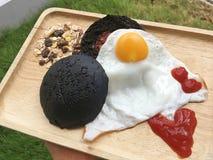Hamburger del carbone con l'uovo fritto fotografia stock