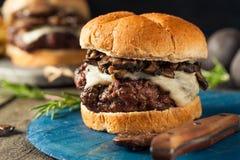 Hamburger del formaggio svizzero e del fungo allevato ad erba casalingo Immagini Stock