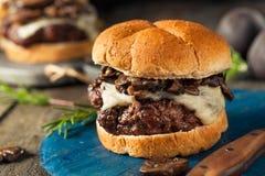 Hamburger del formaggio svizzero e del fungo allevato ad erba casalingo Immagine Stock Libera da Diritti