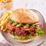 Hamburger del guacamole con l'avocado ed il bacon freschi immagini stock