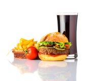 Hamburger del manzo con cola e le patate fritte su fondo bianco Fotografia Stock Libera da Diritti