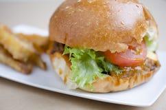 Hamburger del manzo e patate fritte, alimenti a rapida preparazione Fotografia Stock