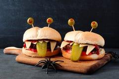 Hamburger del mostro di Halloween contro un fondo nero Fotografia Stock