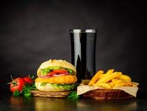Hamburger del pollo con cola e le patate fritte Immagine Stock Libera da Diritti