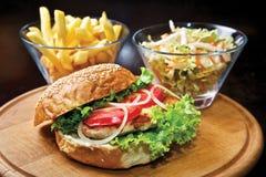 Hamburger del pollo con il raccordo & i pomodori del pollo fotografia stock libera da diritti