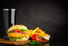 Hamburger del pollo con le patate fritte e la cola sullo spazio della copia Fotografia Stock