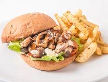 Hamburger del pollo, pomodori, formaggio e lattuga, fungo Fotografia Stock
