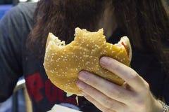 Hamburger del primo piano sparato nell'ambito di luce tenue fotografia stock