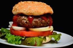 Hamburger del vitello con insalata Immagini Stock Libere da Diritti
