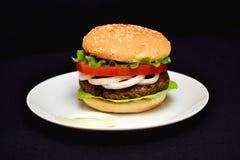 Hamburger del vitello con insalata Fotografie Stock Libere da Diritti
