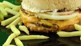 Hamburger delicioso do alimento video estoque