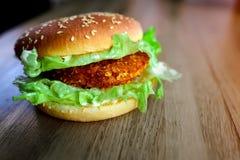 Hamburger delizioso e bello sulla tavola fotografia stock libera da diritti